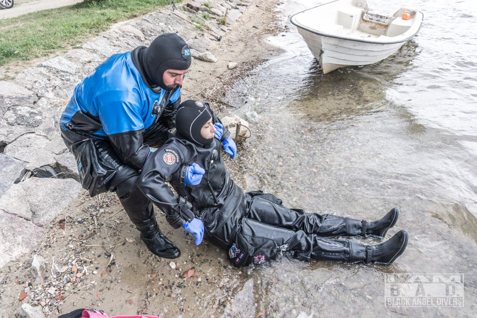 Transport nurka z wody na brzeg - kurs Rescue Diver