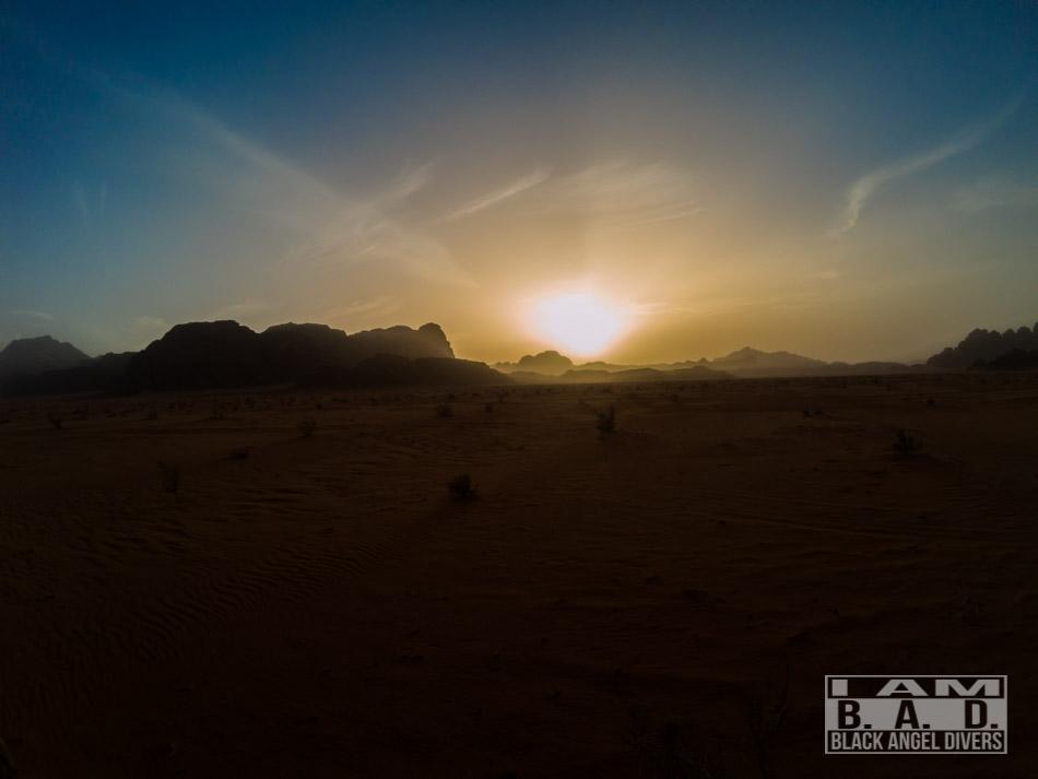 Zachód słońca na pustyni Wadi-Rum