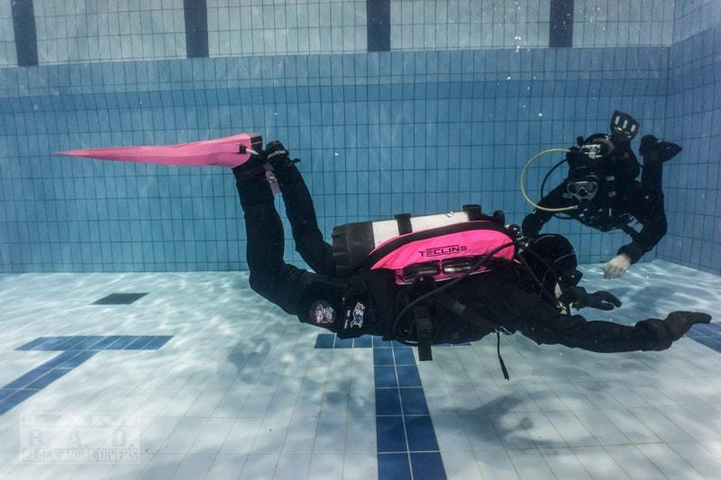 Odpowiedni trym pod wodą, utrzymywanie neutralnej pływalności