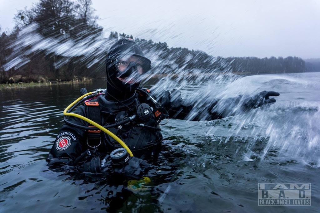 Instruktor podczas kursu nurkowania